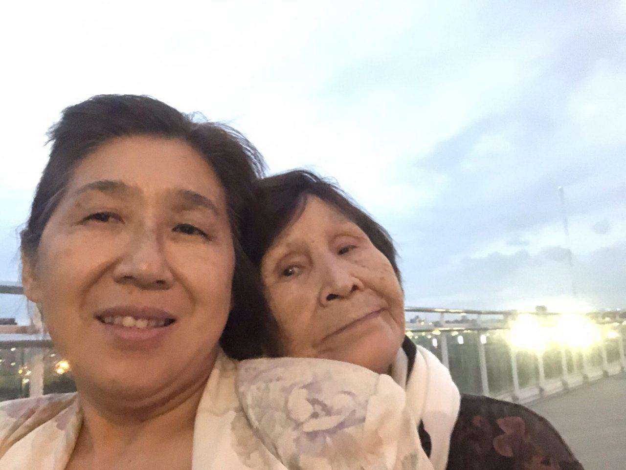 我63歲,罹患小兒麻痺,勇敢面對自己的人生,一個人扛下照顧老媽的重責大任,克服對...