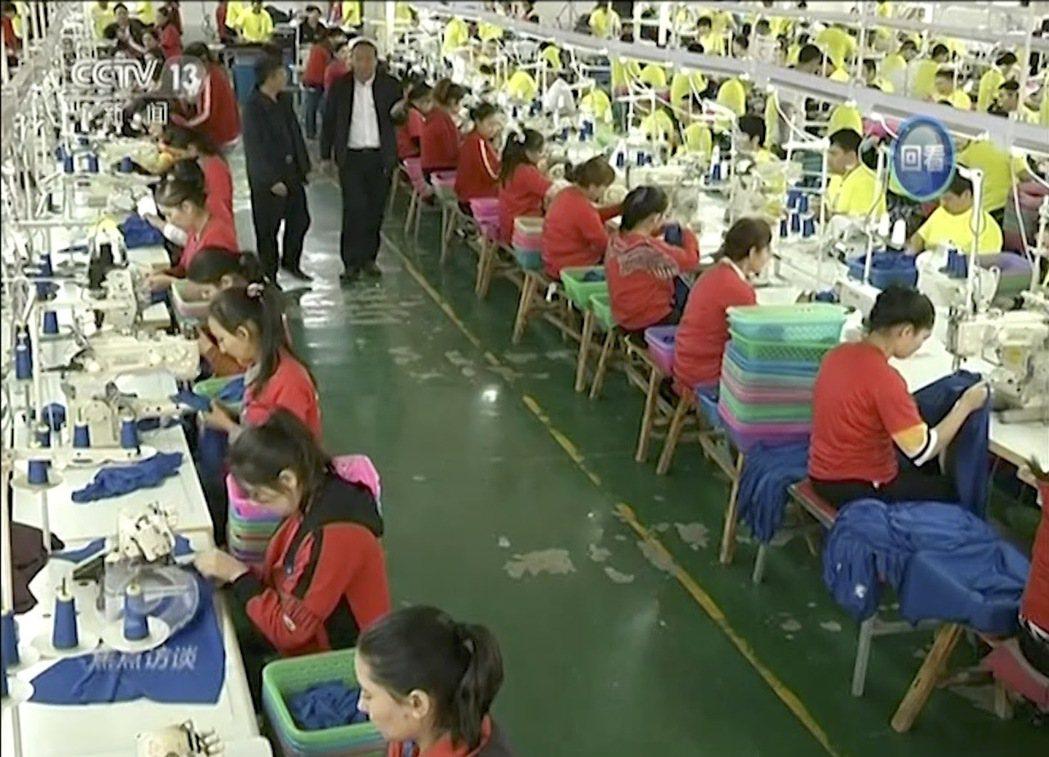 圖為新疆的「就業安置」現場。當前政府以警務設施、拘留營體系,乃至於各樣的就業安置...