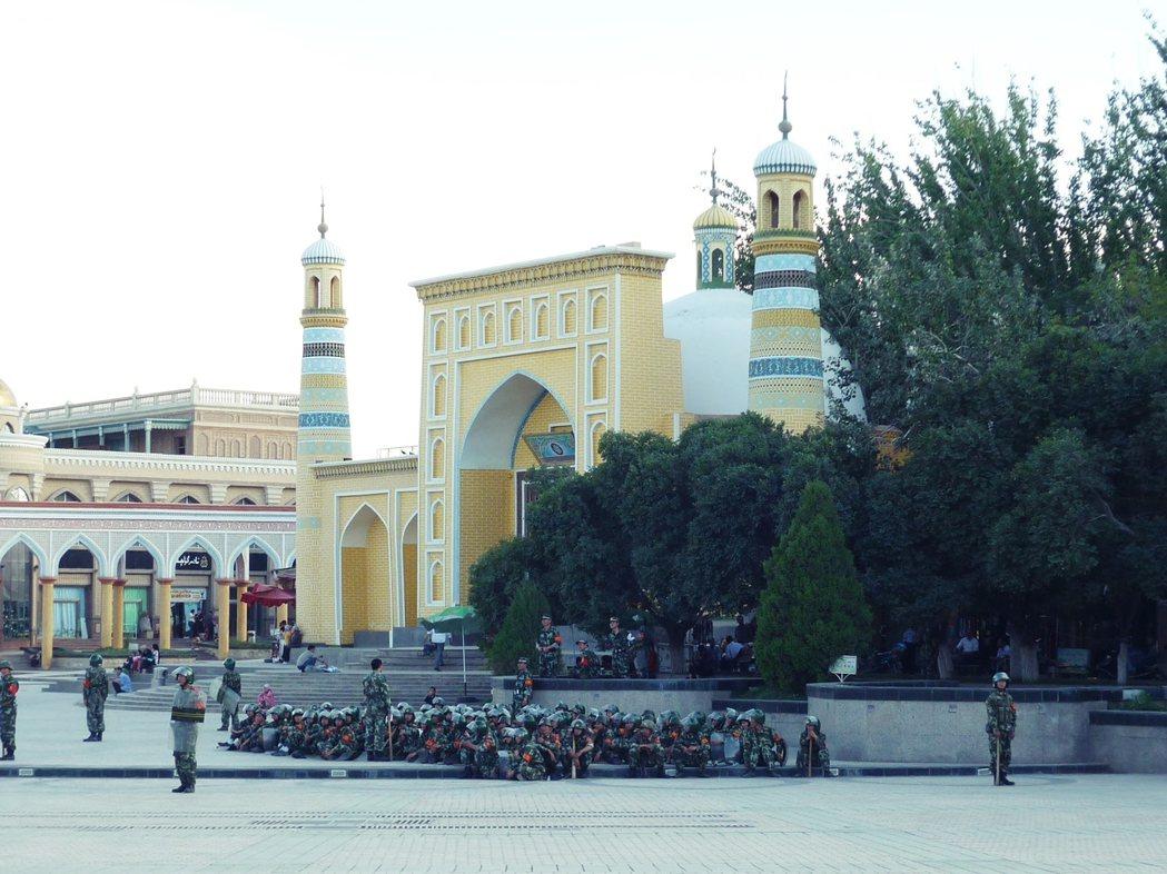 2009 年 7 月位於喀什市區艾提尕爾清真寺前駐守的武警隊伍。 圖/作者攝影提...