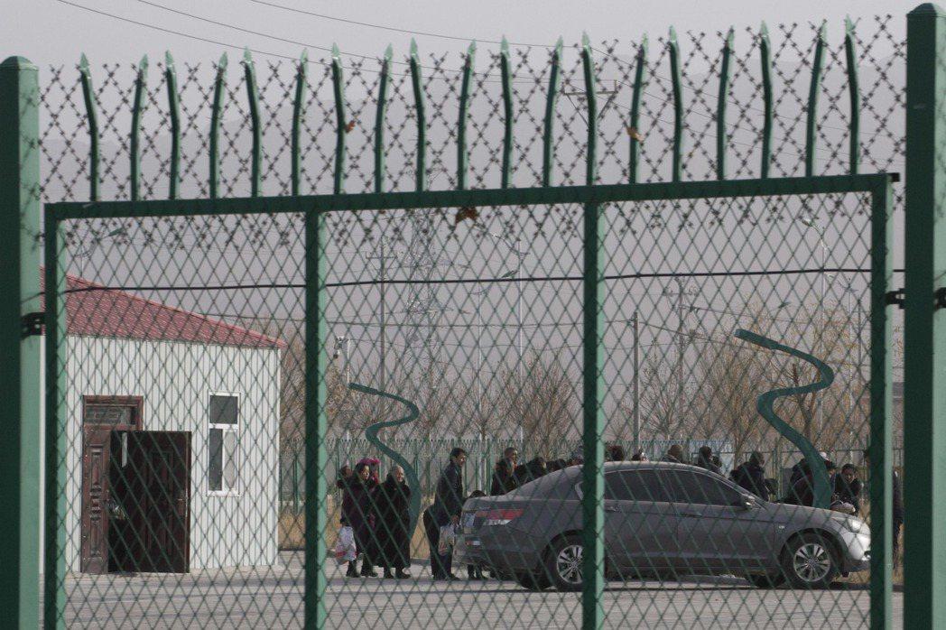 2018年12月3日,人們在新疆的阿圖什市職業技能教育培訓服務中心。 圖/路透社...
