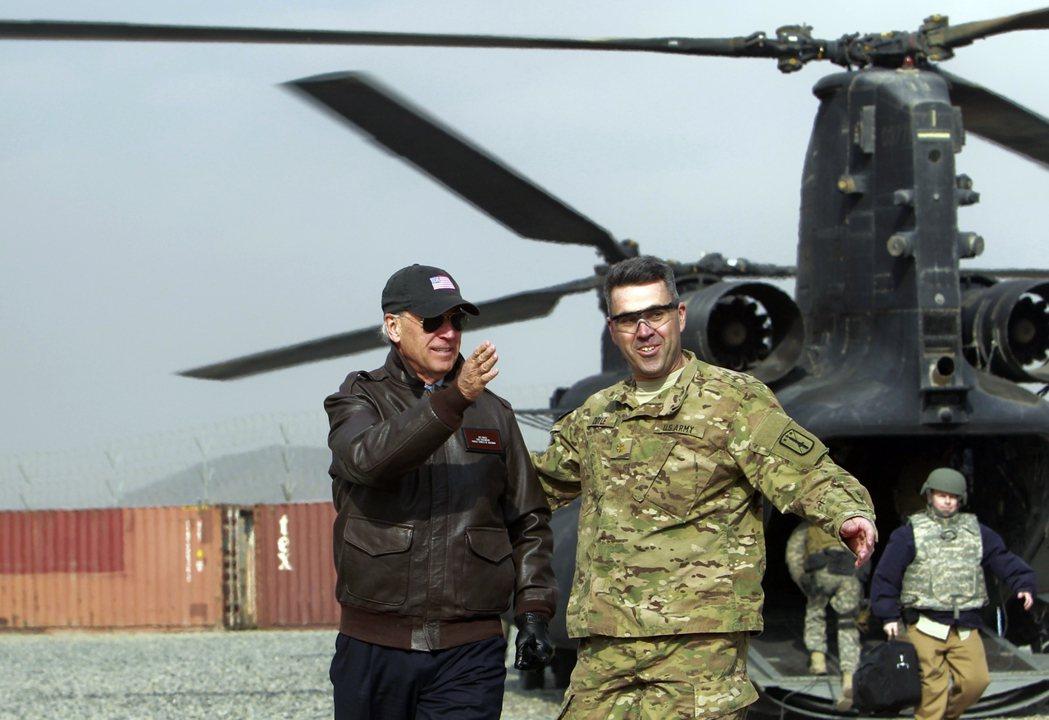 2011年拜登時任美國副總統,訪問美軍駐阿富汗基地。 圖/美聯社