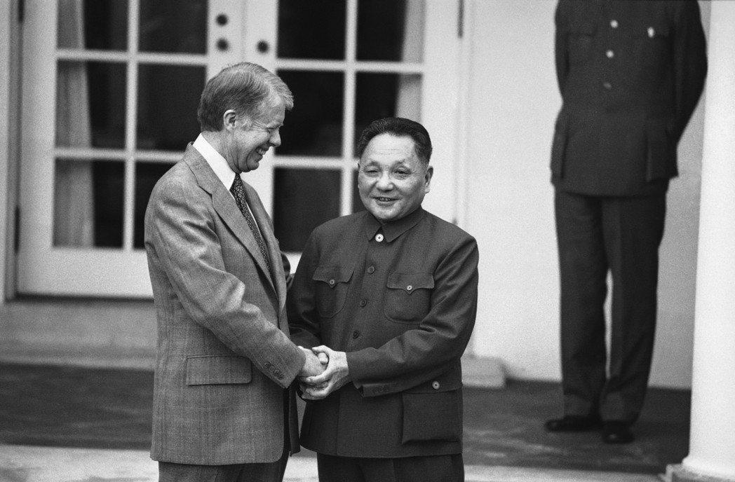 1979年1月1日美國與中華民國斷交、改與中國建交。30天後,時任國家副總理鄧小...