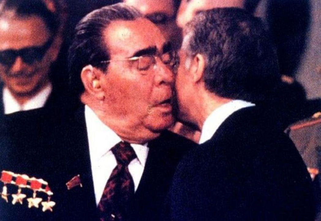 1979年卡特(右)與蘇聯總書記布里茲涅夫(左)簽署了SALT II條約。 圖/...
