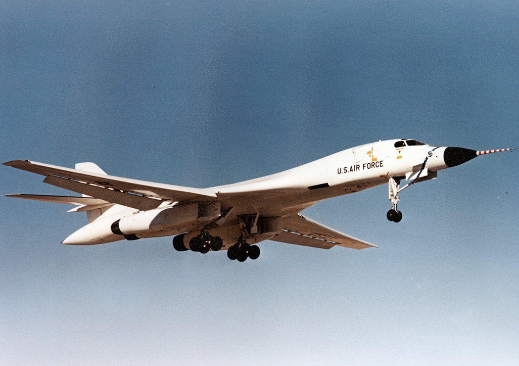 B-1A轟炸機在1974年首飛的鏡頭,全機漆成白色是為了反射核爆產生的閃光,避免...