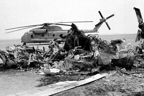 1980年4月美軍特種部隊為了援救美國駐伊朗大使館人質危機,而冒險出動、但卻遇上...