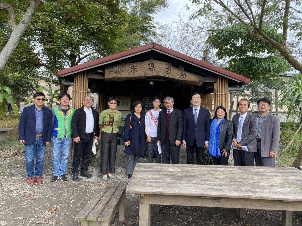 教育部蔡清華次長參訪東華小米園。 東華大學/提供。