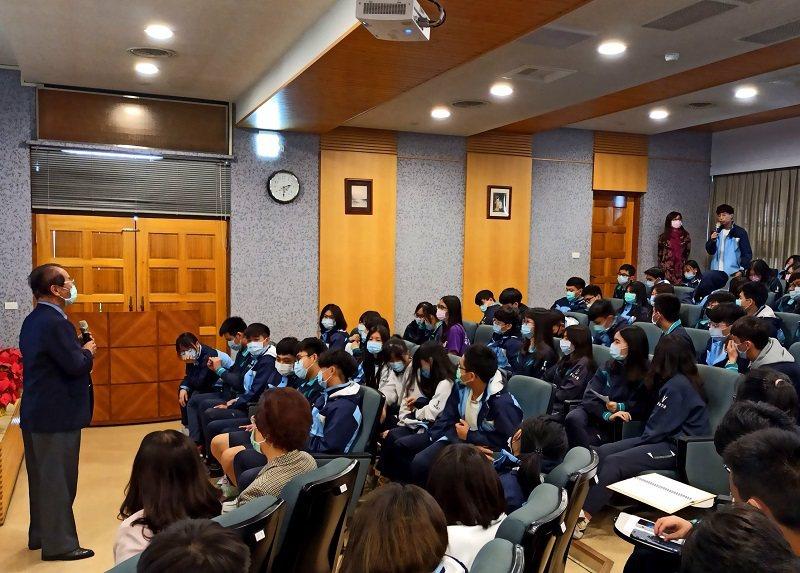 學生把握機會向鄭博久大使請益。 嶺東中學/提供