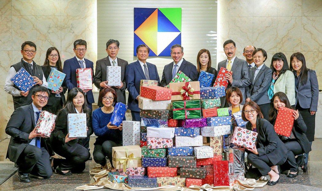 開發金控總經理龐德明(後排左六)代表集團將致贈偏鄉學童的禮物鞋盒,交予凱基慈善基...