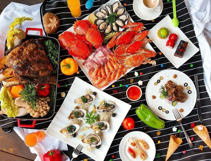 i River愛河牛排海鮮自助餐廳12月31日晚上9點半起將於一樓戶外池畔舉辦自...