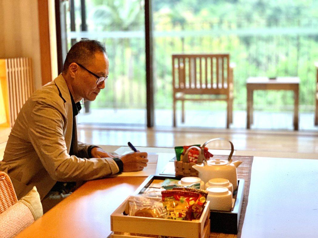 詩人鴻鴻與他為礁溪老爺打造的「詩人之房」。 陳志光/攝影