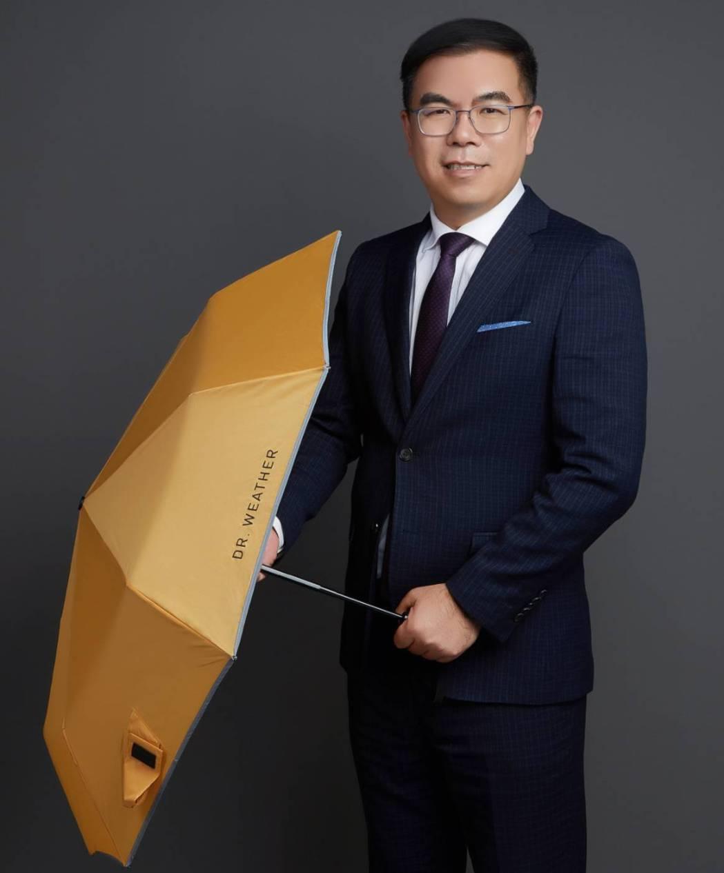 氣象專家彭啟明博士首度推出個人品牌商品「DR. WEATHER氣象博士抗風傘」。...