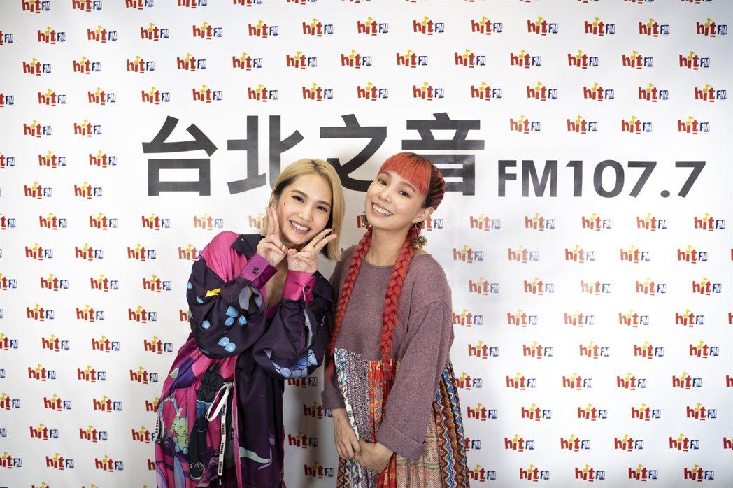 Hit Fm聯播網冬季限定特別節目邀請歌手楊丞琳(左)與許哲珮(右)同台暢聊,分