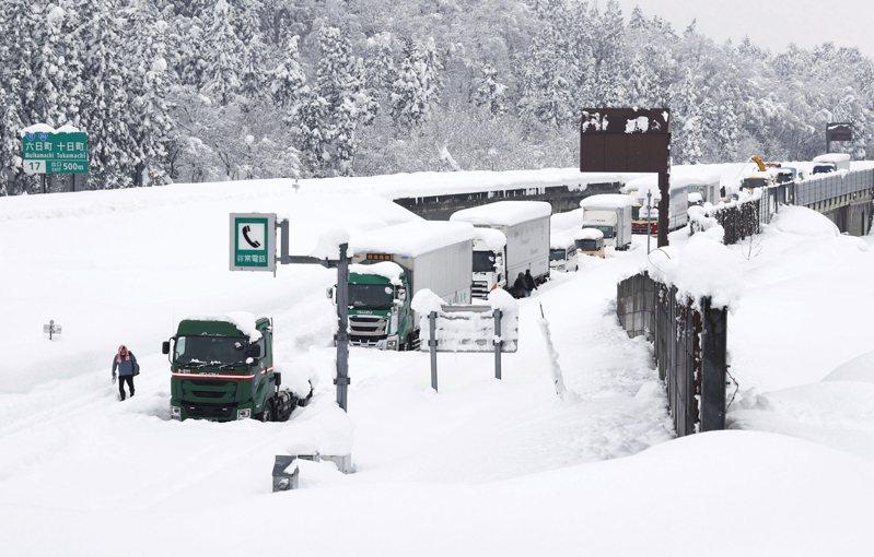 日本這個冬天部分地區豪雪成災,圖為上個月關越自動車道(類似高速公路)的新潟縣路段,因大雪而有許多車輛受困的畫面。 美聯社