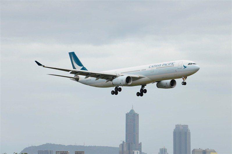有旅客搭國泰航空被要求簽旅遊史同意書,台灣被包含進「中國地區」,交通部民航局18日表示,已要求說明、改正。(圖取自facebook.com/cathaypacific)