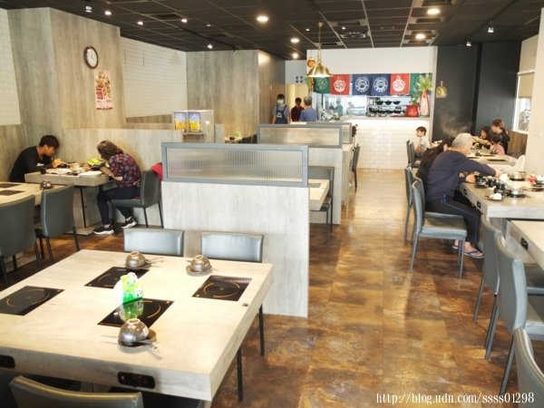 進入到用餐環境寬敞乾淨的店內,充足的明亮感是我的第一印象,冷氣舒服