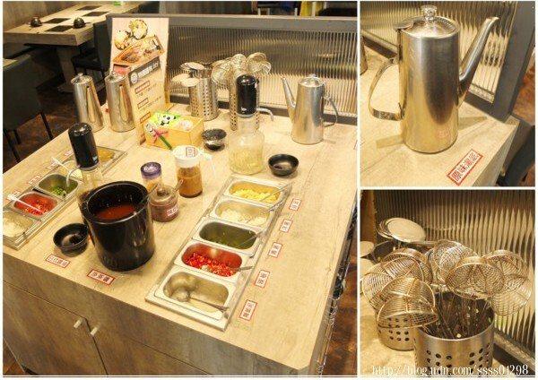 醬料區的桌面上除了放置十來種佐料外,也有原味湯底和基本餐具
