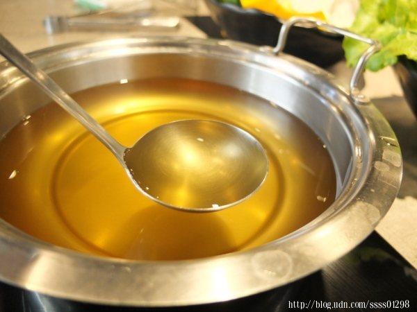 凡點主鍋可任選咖哩、味噌、南瓜、牛奶、麻辣、龍骨、番茄、泡菜、海鮮昆布、蒙古藥膳、壽喜燒其中一種
