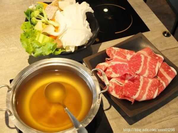 肉品系列鍋(沙朗牛)280元,凱南選擇昆布湯底、全蔬菜菜盤和白飯+油酥搭配