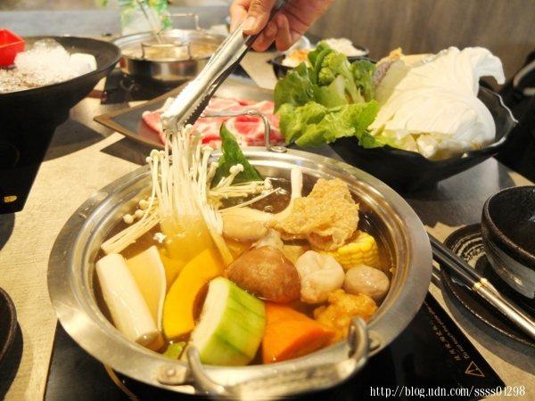 將蔬菜盤通通放進昆布湯底熬煮,湯頭變得更清甜甘醇,基本上沒什麼鹹味呢!