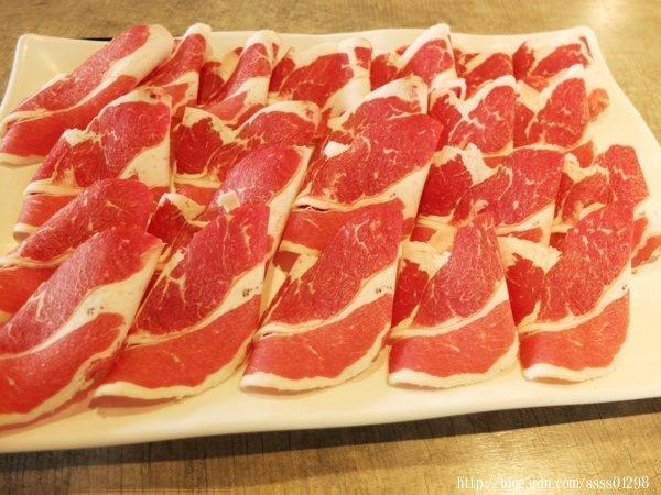 另一鍋挑選牛五花肉並升級肉品320元,共有20片豐滿的大肉盤,吃肉吃到爽!