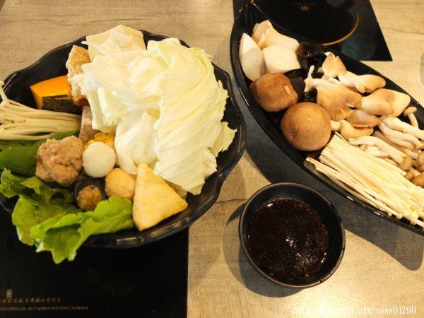 全蔬菜盤也能換成素關東煮菜盤,另有素食者可食用的專屬醬料,還搭配一盤綜合菇類,好值得推薦!