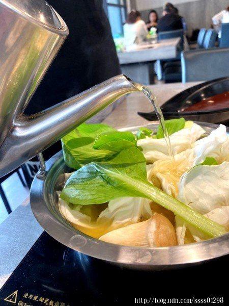 除了可加原味湯底外,也能依照客人的湯底口味添加原湯底唷!