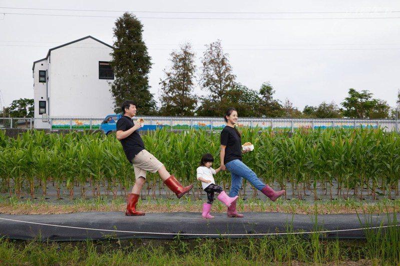 穿著雨鞋走在田間,親手採摘食材,製作好吃蔥油餅!