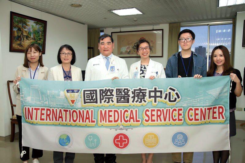 秉持創辦人周汝川博士的精神「別人不做的我們做,別人不去的我們去」, 中山附醫國際醫療為吐瓦魯醫療系統打下基礎。