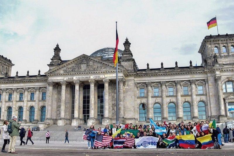 交換學生多會走訪景點,了解異國文化。到德國交換的陳閎凱也與同學同遊當地著名的德國國會大廈。(照片提供/陳閎凱)