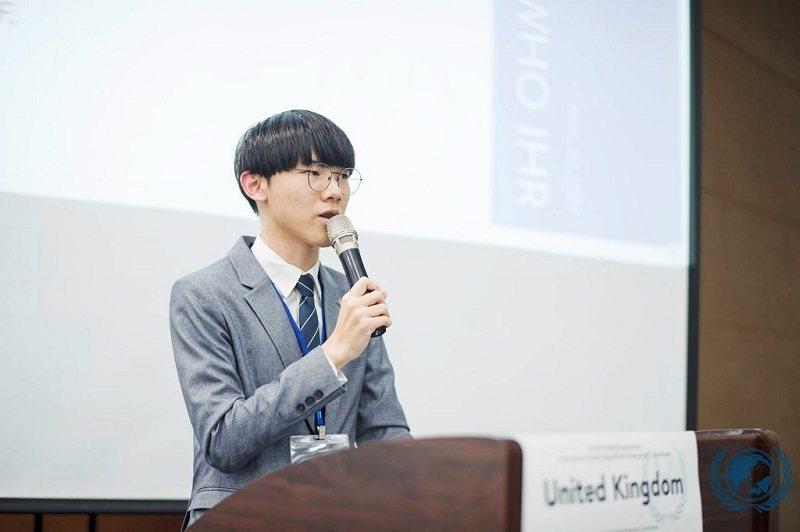 王詠正積極參與課外活動,訓練英文表達力,他認為好的英文底子對於吸收課外資訊、自學查找資源的幫助很大。(照片提供/王詠正)