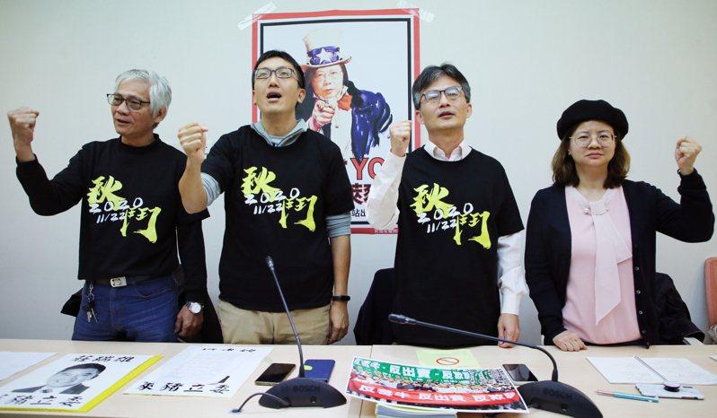 主張萊劑對人體有害的醫師蘇偉碩(右二)疑遭「查水表」,秋鬥等民團昨天出面聲援。蘇偉碩說,政府也許可把他關進牢裡,但改變不了萊克多巴胺有毒的事實。記者曾學仁/攝影