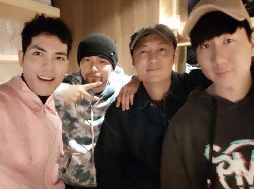 蕭敬騰(左起)、周杰倫、余文樂和林俊傑昨晚齊聚日料餐廳幫友人慶生。圖/摘自IG