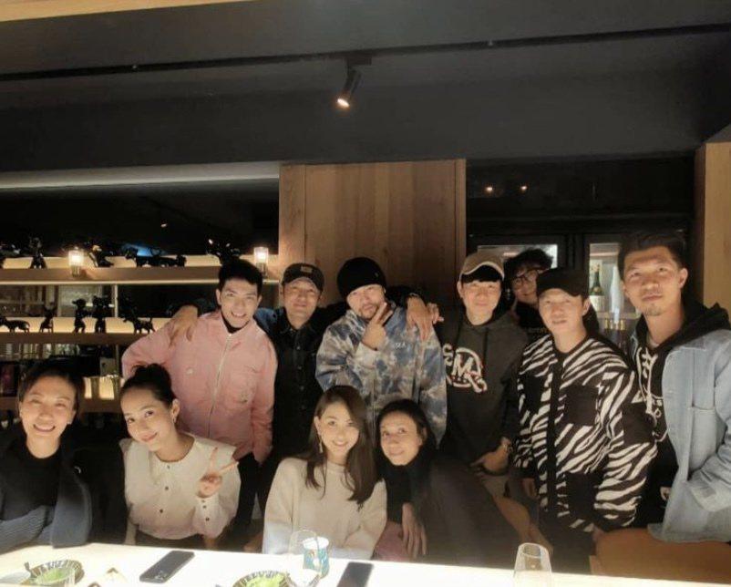 周杰倫夫婦、余文樂夫婦、林俊傑等人昨在蕭敬騰投資的日料餐廳幫陳冠霖(右2)慶生。...