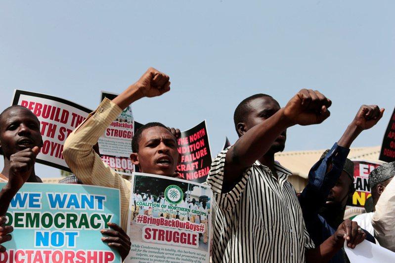 奈及利亞一所學校數百名學童上周遭綁架。圖為民眾呼籲當局救出學童。路透
