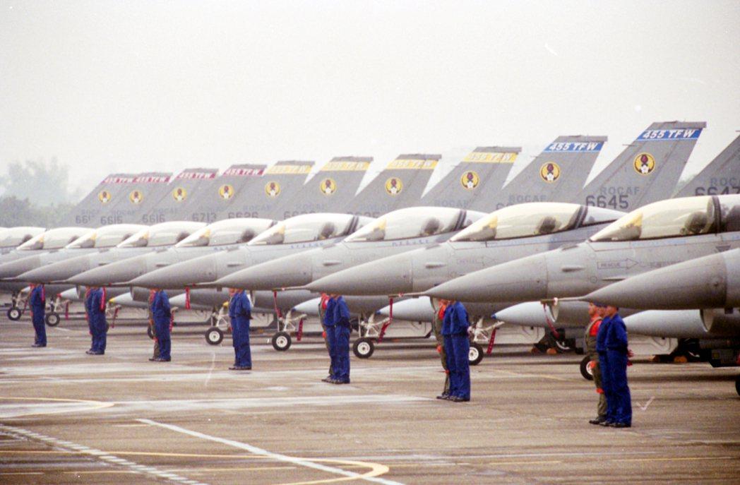 圖為我國軍空軍四五五聯隊F-16戰機聯隊,2001年在空軍嘉義水上基地舉行成軍典禮。 圖/聯合報系資料照片