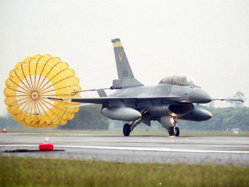 空軍四五五聯隊F-16戰機聯隊在空軍嘉義水上基地舉行成軍典禮。 圖/聯合報系資料照片