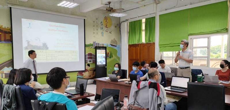 鴻海教育基金會響應台北市教育局推動的新興科技教學應用計畫,與台北市教育局、臺灣大學IBM量子電腦中心聯手舉辦「量子電腦種子教師培訓營」。鴻海教育基金會/提供