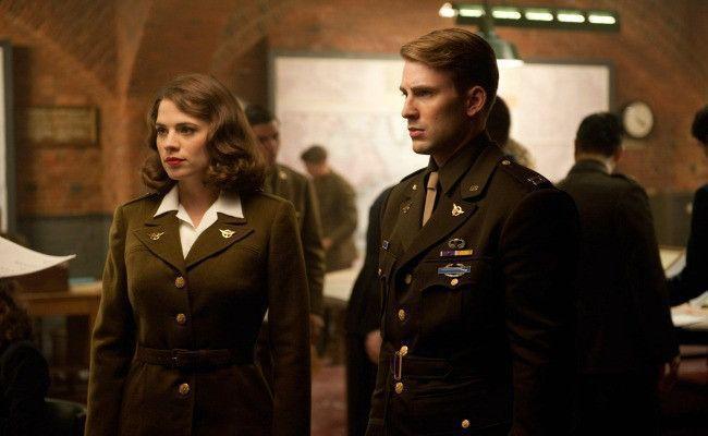 海莉艾特沃(左)因演出「美國隊長」等漫威英雄片而知名。圖/摘自imdb