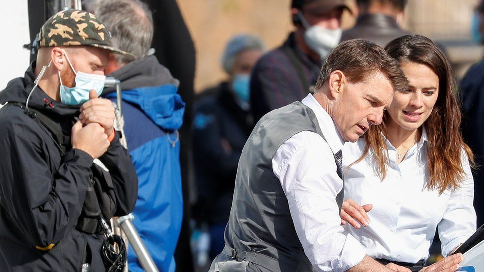 湯姆克魯斯(中)與海莉艾特沃(右)被傳因合作「不可能的任務7」擦出愛的火花。圖/...