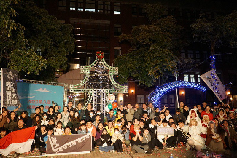 大葉耶誕城16日舉辦點燈活動,為校慶暖身,把校園佈置的極有耶誕味。圖/大葉大學提供