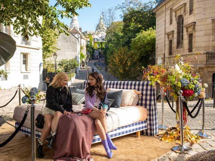 「艾蜜莉在巴黎」中,女主角把Hästens床組搬上街。圖/摘自網路