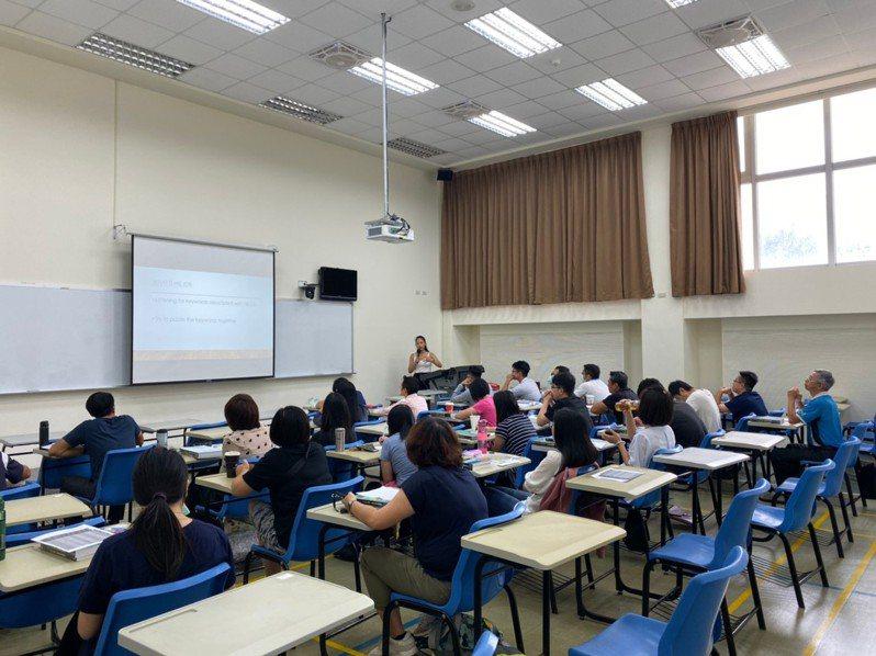 為了強化公務人員學習英語,縣府今年度辦理英語學習系列專班,有「英語會話」、「多益英語檢定專班(初級)」等課程,不少公務員都主動報名參與。圖/縣府提供