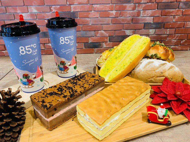 85˚C也推出甜蜜新品「巧克力莓果燒」和「蜂蜜三次方」兩款蛋糕。圖/85˚C提供