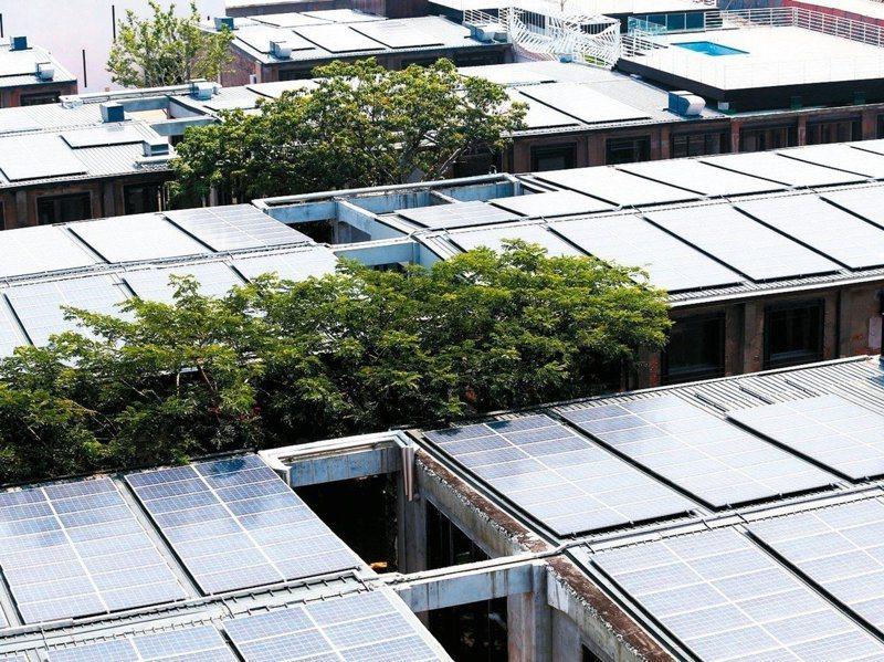 經濟部在再生能源條例中祭出「用電大戶條款」,要求用電大戶要自備10%的綠電,但門檻從800KW一路降到5000KW。圖/聯合報系資料照片