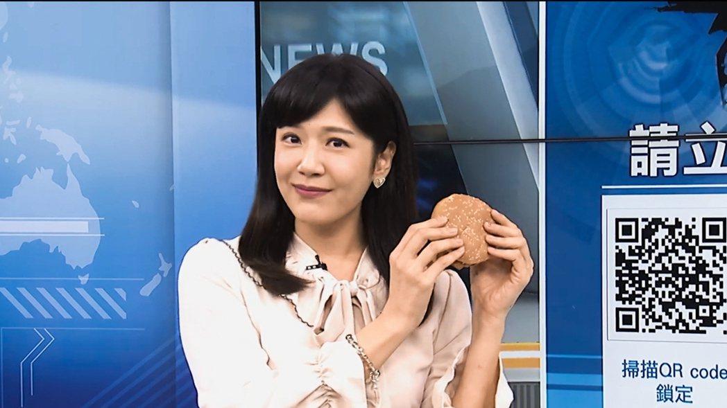 鄭亦真因吃漢堡奪下驚人點閱率。圖/中天提供