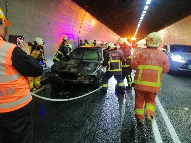 雪山隧道北上19.2K事故,所幸經隧道自衛消防編組協助,已順利撲滅,無人員傷亡。記者張議晨/翻攝