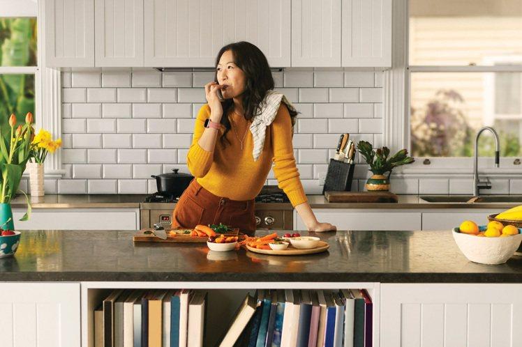 Fitbit Versa 3可當作個人全方位健康助理,甜美優雅的陶粉色更適合女性...
