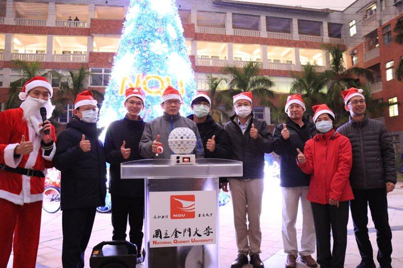 金大校長陳建民(左四)和校內師生、外籍學生和社區大小朋好一同點亮聖誕樹。圖/金大提供