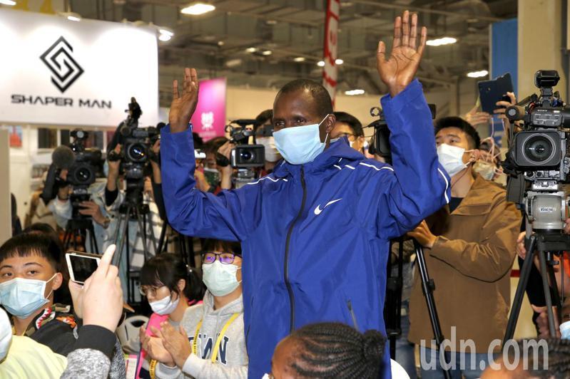 台北馬拉松國外菁英選手男子組肯亞選手LONYANGATA解除隔離亮相。記者林俊良/攝影