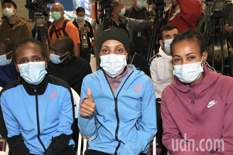 台北馬拉松國外菁英選手,女子組由休士頓馬拉松冠軍的WEGI(右起)領軍,與同為衣索比亞選手KASEGN、LEMA,解除隔離,在賽前記者會同台亮相。記者林俊良/攝影